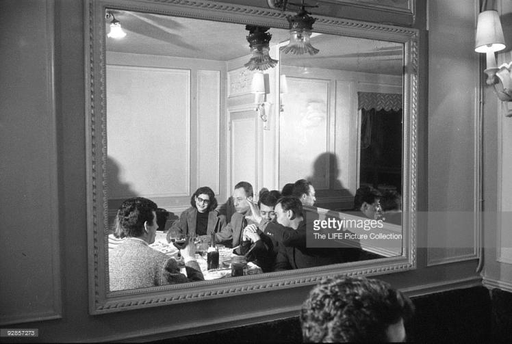 Камю с приятели в парижки ресторант, 1957