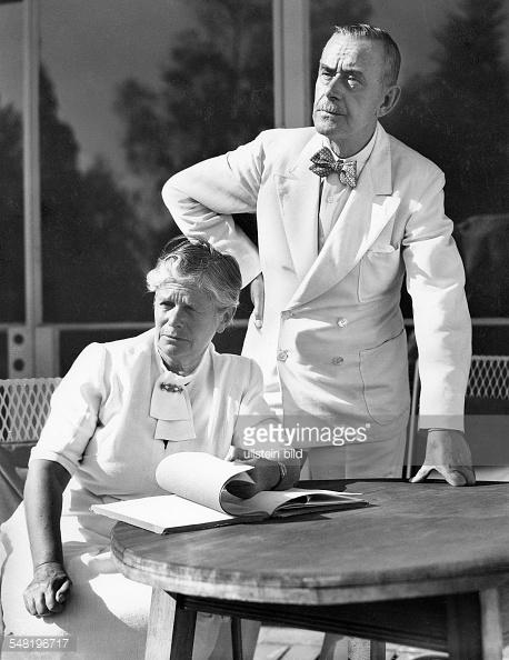Катя и Томас Ман - в бяло
